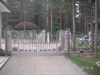 Сдвижные ворота с заполением ковкой
